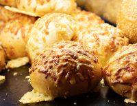 Überbackene Käsebrötchen von der Bäckerei Heidrich